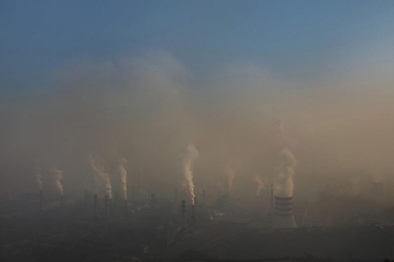 Lu Guang fotografeerde in 2015 de vervuilende staalfabrieken in de Chinese stad Tangshan.