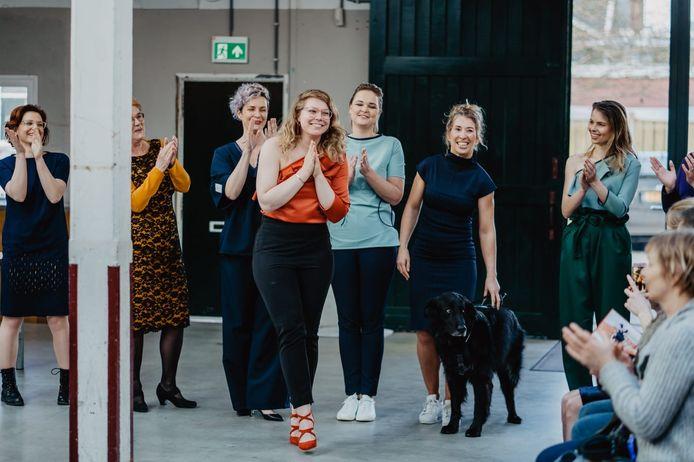 Rachel Lourens te midden van mannequins  die haar eerste collectie kleding voor blinden en slechtzienden dragen.
