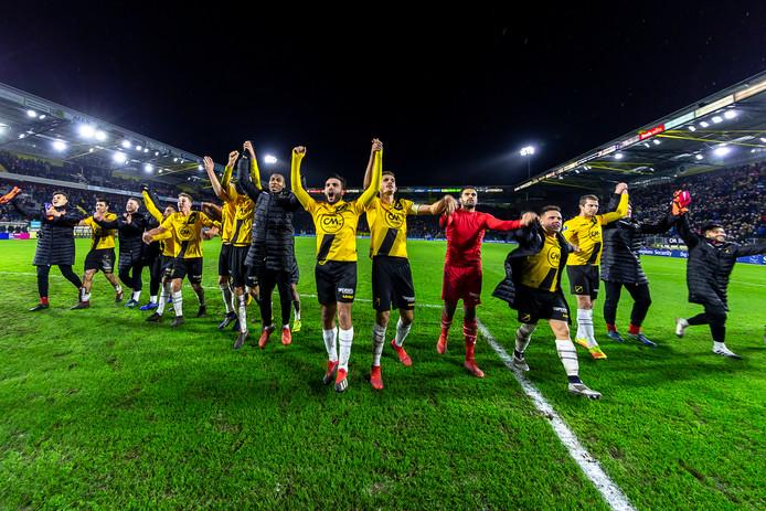 NAC-spelers vieren de overwinning met de fans in het stadion.
