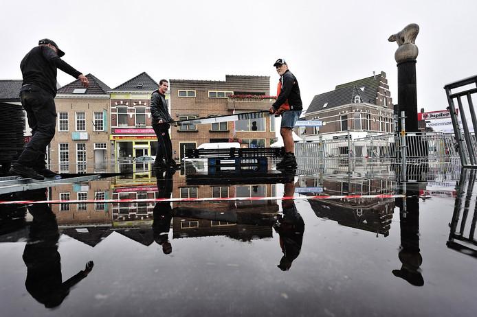 Opruimen van de Draai van de Kaai in Roosendaal Foto Peter van Trijen