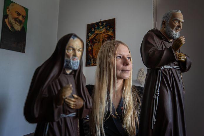Ewelina Borger met twee beelden van Pater Pio.