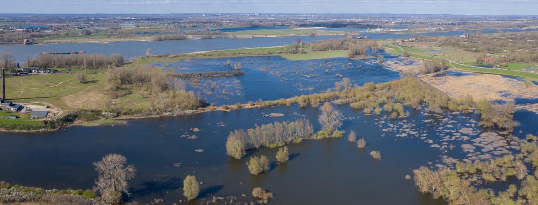 Dronebeeld van de overstromingsvlakte in de Ooijpolder.