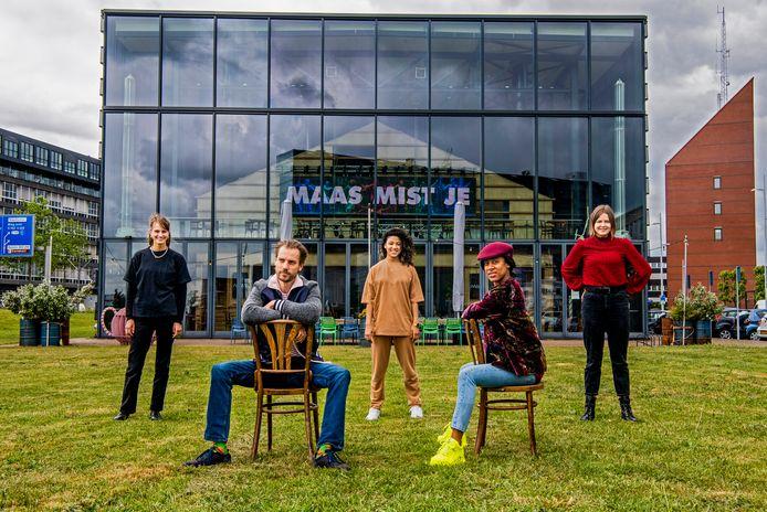 De acteurs (v.l.n.r.) Pleun de Haas,  Serge Hogenbirk, Fay Schmidt, Joanne Purperhart en Anna van der Pol van Maas theater en das . Spelen zullen ze. Maar hoe precies staat nog niet vast.