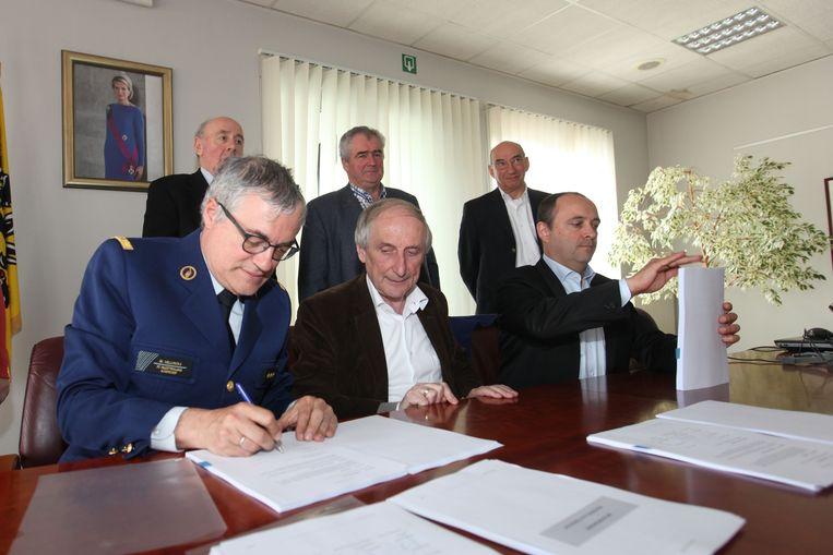 Zonechef Marc Hellinckx, burgemeester van Gooik en voorzitter van de politieraad Michel Doomst en gedelegeerd bestuurder bij de NV Peremans Jeroen Nevelsteen ondertekenden in 2016 al het contract