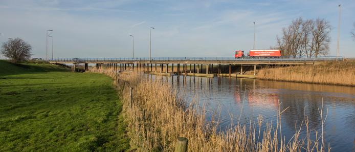Brug in A59 over Drongelens Kanaal in Waalwijk. De ecologische verbindingszone die hier in de GOL-plannen is opgenomen, is volgens de Partij voor de Dieren veel te smal.