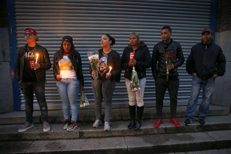 Leerlingen van het Corbulo Collega nemen deel aan een stille tocht om de overleden scholier te herdenken. Beeld epa