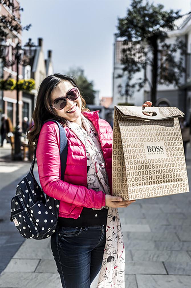 Bian Kai kan haar geluk niet op. Ze heeft bij het Designer Outlet Roermond haar tassen gevuld met dure merkproducten. En toch is ze in Nederland nog veel goedkoper uit dan in China.