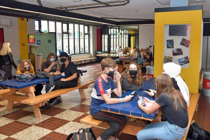 Leerlingen in de kantine van het Lodewijk College aan de Zeldenrustlaan, afgelopen augustus.
