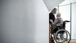 """Explosief rapport schetst ijzingwekkend beeld van coronacrisis in woonzorgcentra: """"Bewoner zat in haar onderbroek op de gang te huilen"""""""
