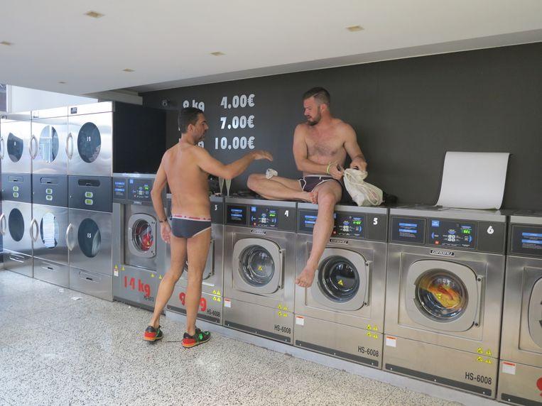 Feestvierders wassen hun doorweekte kleren in de wasserij aan de Grote Markt.
