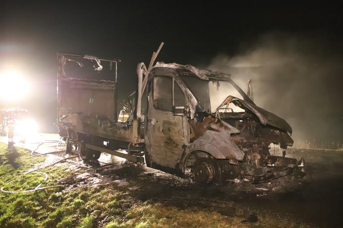 Van de vrachtwagen bleef weinig over na de brand.