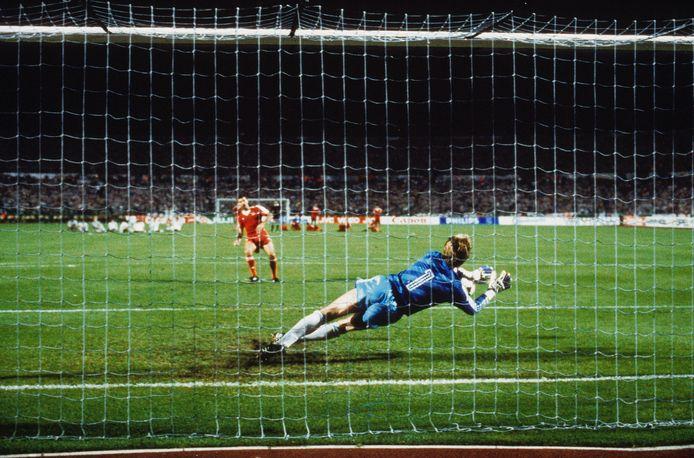 Hans van Breukelen pakt de penalty