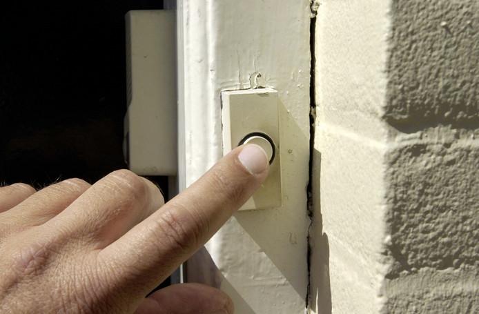 De huisbezoeker van deurwaarderskantoor BJK werd in Oostrik naar eigen zeggen meteen door bewoners belaagd.