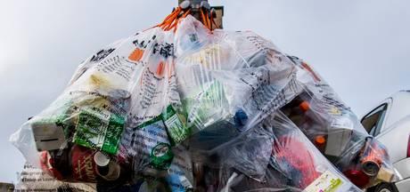 Vrouw dumpt afval langs het kanaal in Haghorst