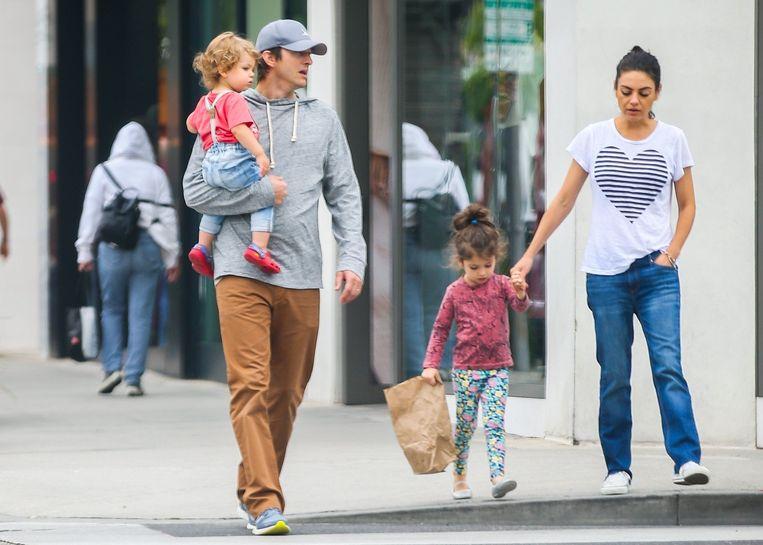Met Ashton Kutcher heeft ze een zoon, Dimitri (1), en een dochter, Wyatt (3).