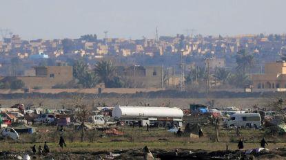 Vrachtwagens met mannen, vrouwen en kinderen verlaten laatste IS-bolwerk in Syrië