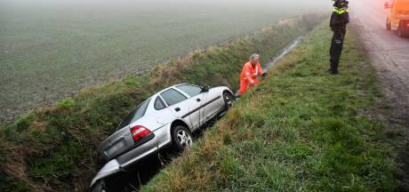 Auto belandt in sloot Biervliet, bestuurder gewond