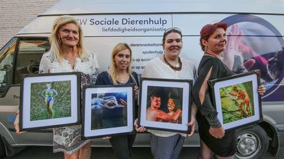 Gebodypainte dames steunen dierenhulp