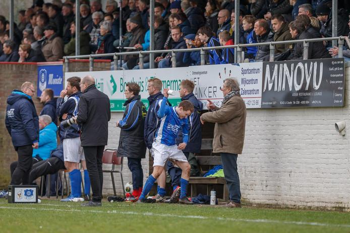 Ruben Meijer is boos nadat hij is weggestuurd bij de wedstrijd WVF - DOS. De middenvelder verkast in de zomer naar de Kamper eersteklasser.