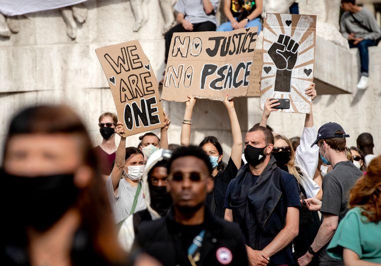 Demonstranten tijdens het protest op de Dam op 1 juni.  Beeld Hollandse Hoogte /  ANP