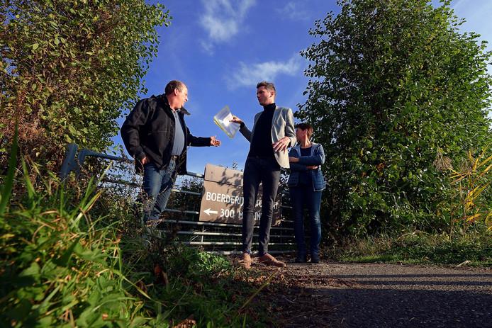 De Ossendrechtse akkerbouwer Louis Melsen (links) verraste wethouder Jeffrey van Agtmaal met zijn initiatief voor een groot zonnepanelenpark. Het college onderzoekt waar het al dan niet zulke parken wil hebben in de gemeente Woensdrecht.