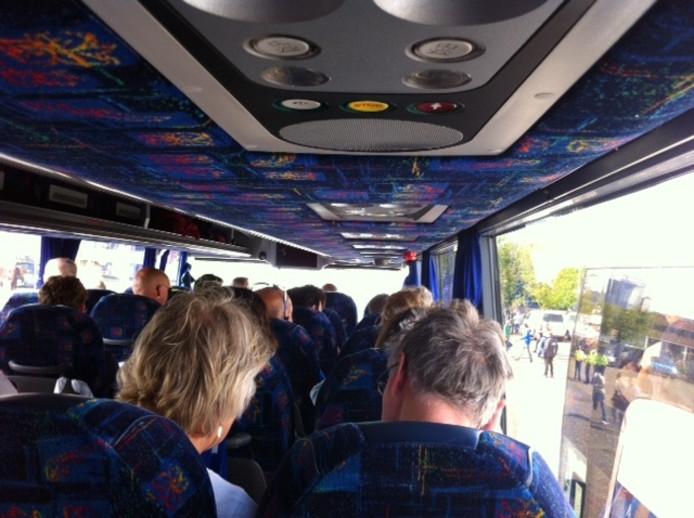 De eerste groep bussen bij de IJsselhallen raken gevuld