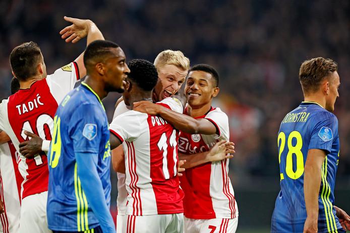Ajax juicht, terwijl Feyenoord treurt.
