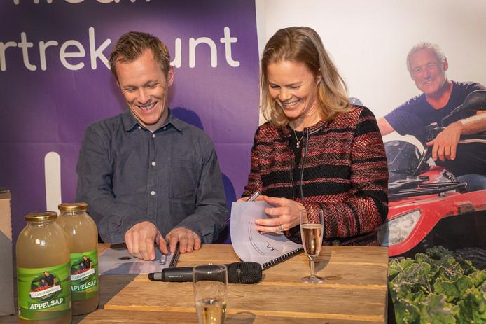 Directeur Hanne Buis van Lelystad Airport (r) en boer Rob ter Haar tekenden dinsdag een overeenkomst voor levering van lokale producten aan de horeca in het nieuwe terminalgebouw.