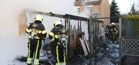 Houten schuurtje brandt volledig uit bij woning in Vianen