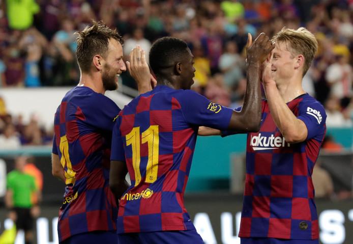 Frenkie de Jong feliciteert doelpuntenmaker Ivan Rakitic en Ousmane Dembélé na de 2-1.
