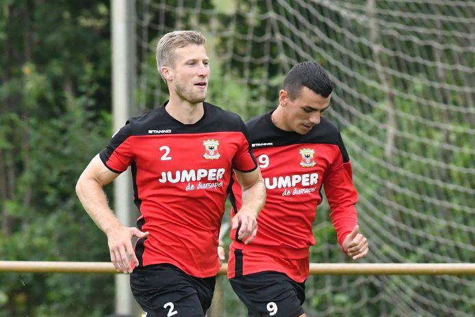 Rechtsback Wout Droste (links) uit Oldenzaal hoopt snel zijn rentree te maken in een wedstrijd van Go Ahead Eagles.