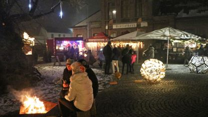 Buurtcomité THOG steekt kerstlichtjes aan op Dorpsplein Massemen
