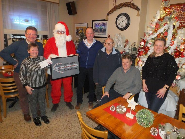 De Kerstman schonk de eerste deurmat aan Dirk Van Speybroeck van café Handelshuis.