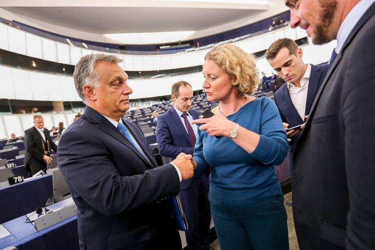 Europarlementariër Judith Sargentini en de Hongaarse premier Orbán ontmoetten elkaar vorige week tijdens het debat over Hongarije. Beeld European Union 2018