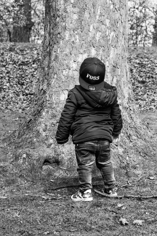 Het jongetje voor de boom. De raadselachtige foto van Gerard Houben
