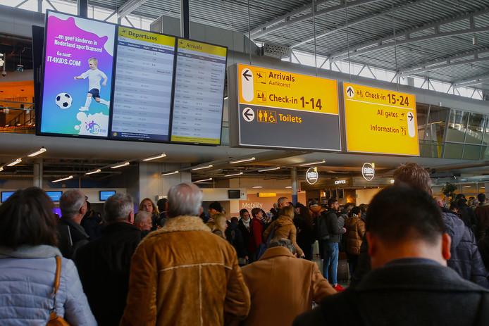 """Rond 13.15 uur komt het vliegverkeer weer beperkt op gang. ,,Zo lang het zicht voldoende is, wordt er gevlogen."""""""