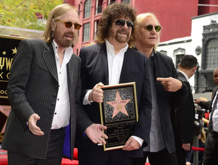 Jeff Lynne ten midden van muzikanten Tom Petty (L) en Joe Walsh (R) krijgt zijn eigen ster op de Hollywood Walk of Fame. Beeld anp