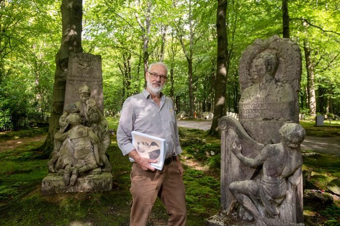 Ad de la Mar noemt zichzelf een funerair docent. Hij geeft al jarenlang rondleidingen op begraafplaats Moscowa in Arnhem, maar sinds kort ook op begraafplaats Rozendaal.