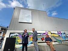 Finkers draagt in Almelo eigen muurgedicht voor