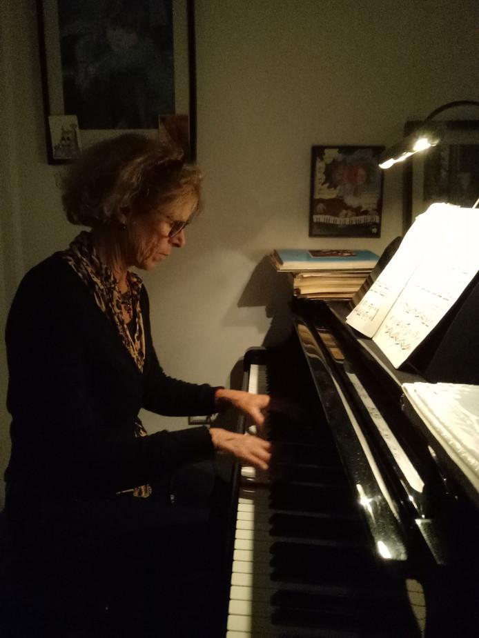 Janny Otto speelt op haar vleugel. Onlangs heeft ze in Eindhoven een quatre-mains groep opgericht.