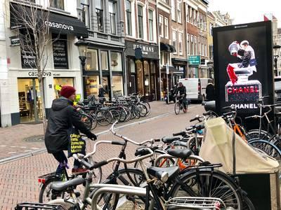 Binnenstadbewoners die knettergek worden van filmpjes op reclamezuilen zijn blij: vanaf maandag is d