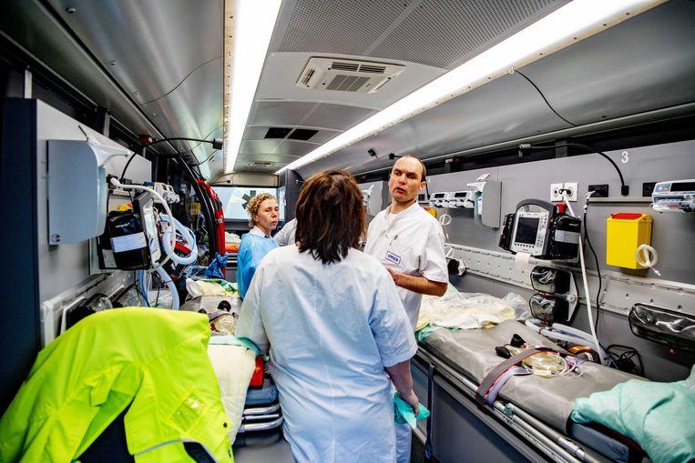 Het medisch personeel van het Amphia Ziekenhuis in Breda bereidt zich voor op de verplaatsing van patiënten omdat op de ic geen plek meer is. Beeld ANP