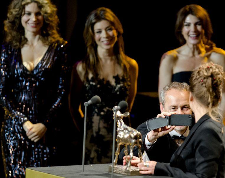 Dana Nechushtan (R) met een Gouden Kalf voor het Beste Televisiedrama voor Hollands Hoop tijdens de uitreiking van de Gouden Kalveren. Beeld anp