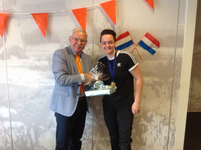 Sportwethouder Anton Bosch huldigt Xena Wimmenhoeve, kersvers wereldkampioene rolstoelbasketbal.