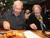 Deze ouderen eten samen een kerstdiner in plaats van alleen