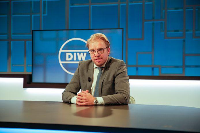 Jan Jaap van der Wal blijft op post als presentator van 'De Ideale Wereld'.