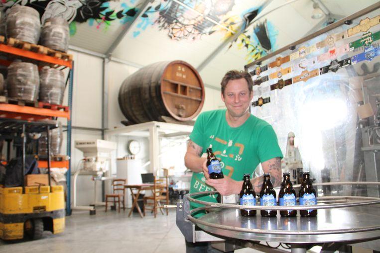 Jef Pirens van brouwerij d'Oude Maalderij in Emelgem heeft het eerste lockdownbier gebrouwen: het Antibirus.