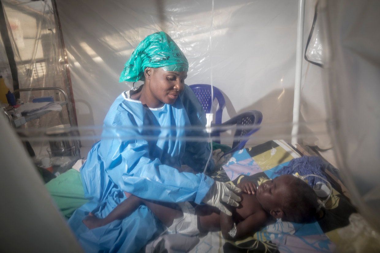 Een zuster verzorgt haar patiënte.