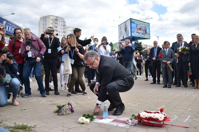 Hoofd van de delegatie van de Europese Unie in Wit-Rusland legt bloemen op de plek waar een betoger omkwam.   Beeld AFP