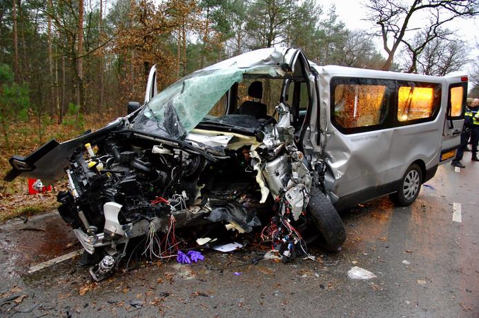De schade aan de bestelbus is enorm na het eenzijdige ongval op de N803 bij Arnhem.